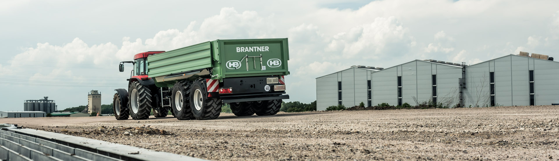 The Brantner TA22053 / 2XPT Brantner tandem-cross-body tipper from Brantner is the flexible tool for earth movements, sand and gravel transport, but also for silage and other applications.